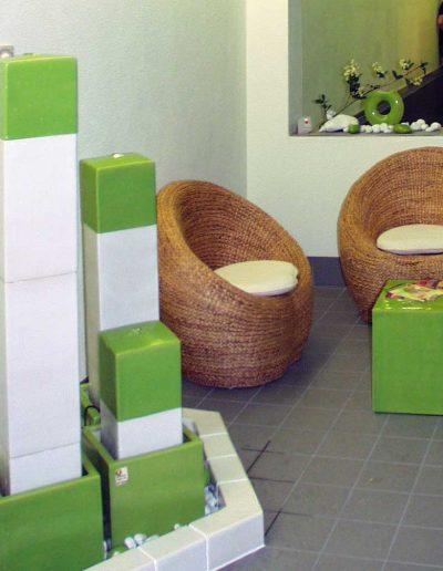 Brunnen und Tisch im Saunabereich