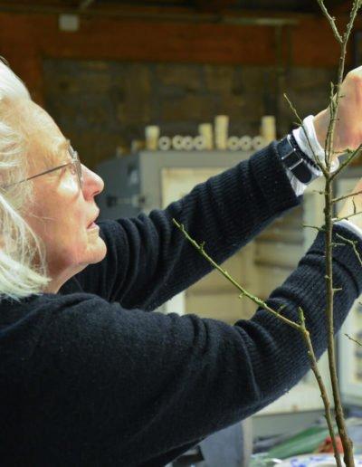 Ikebana-Lehrerin Elsbeth Herberich beim Arrangieren