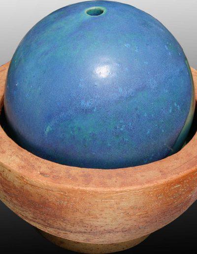 Zimmerbrunnen, naturfarbener Ton mit eingelassener Glasur, Kugel türkis